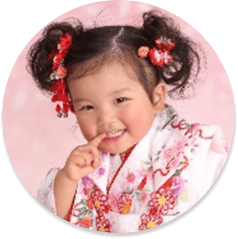 3歳児では赤やピンク系の髪飾りを合わせた髪型が人気です