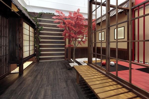 七五三、成人式など和装との相性抜群のスタジオセット!格式ある日本建築の雰囲気を、赤と黒のシックな色合いで演出しています。和装の魅力を最大限に引き立てます!